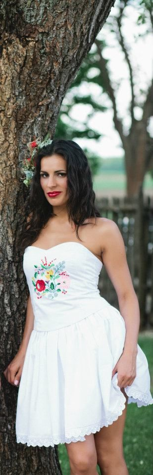 2394fc2459 Kalocsai hímzéses menyasszonyi ruha(Foto:Bell Studio/Esther&Gabe)