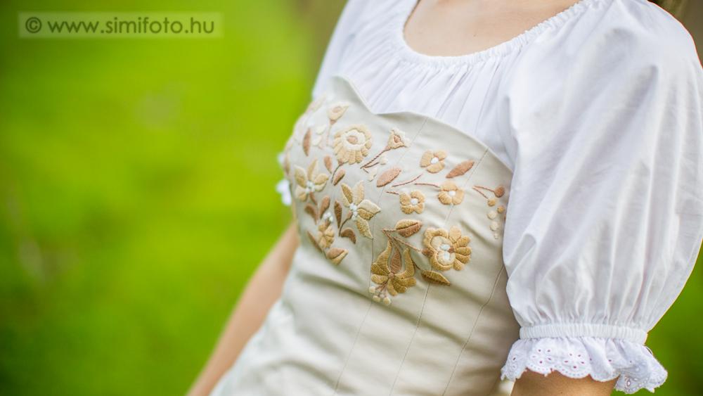 Kalocsai virágos menyasszonyi ruha részlet 99999fb2ea